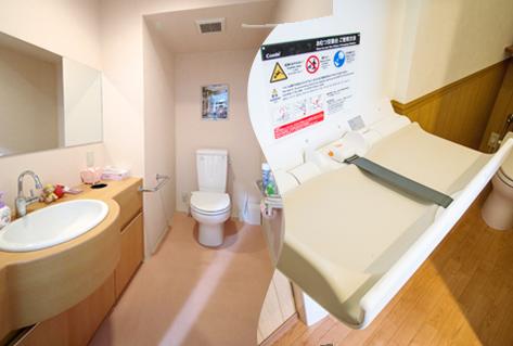 広いトイレとおむつ台